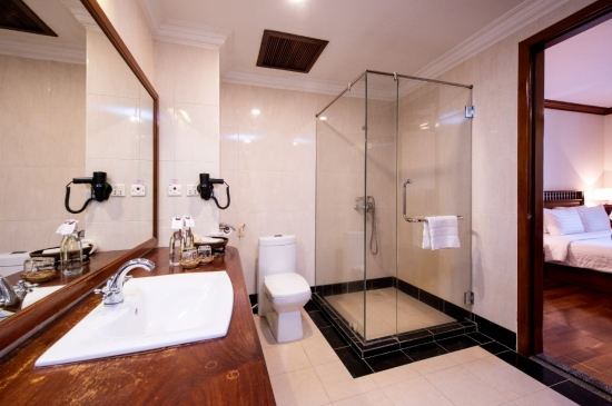 Colonail Suite-Bathroom.jpg